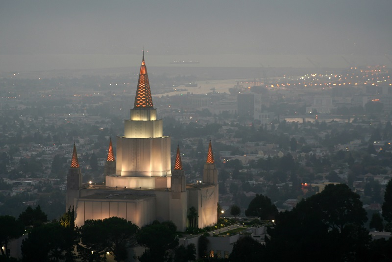 Image of the Oakland California temple in the public domain.