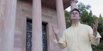 Tyler Perry sings God Bless America